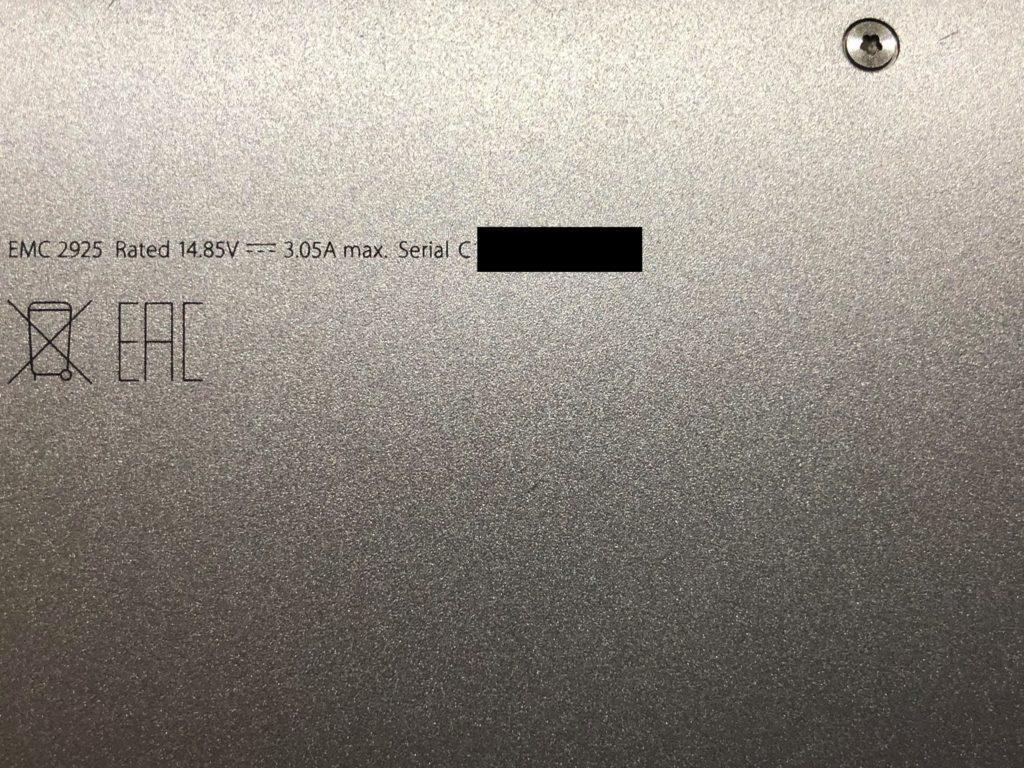 Информация о MacBook Air, выгравированная на его корпусе