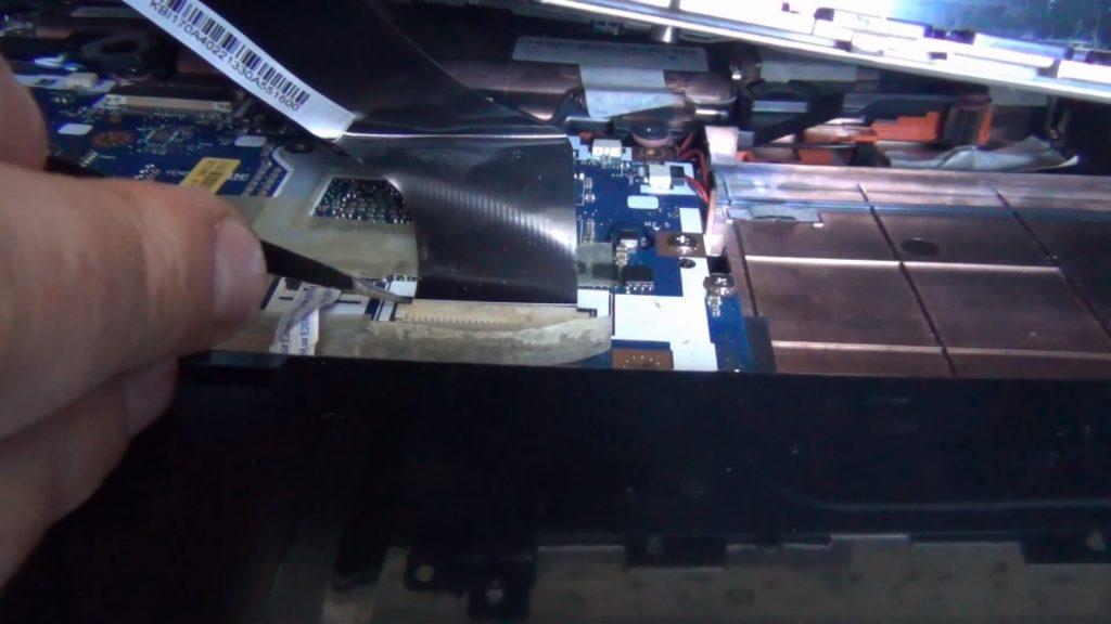 Снятие шлейфов с ноутбука