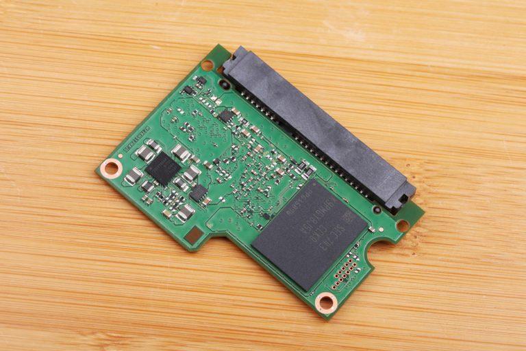 Микросхема SSD-диска уже в разобранном состоянии с обратной стороны