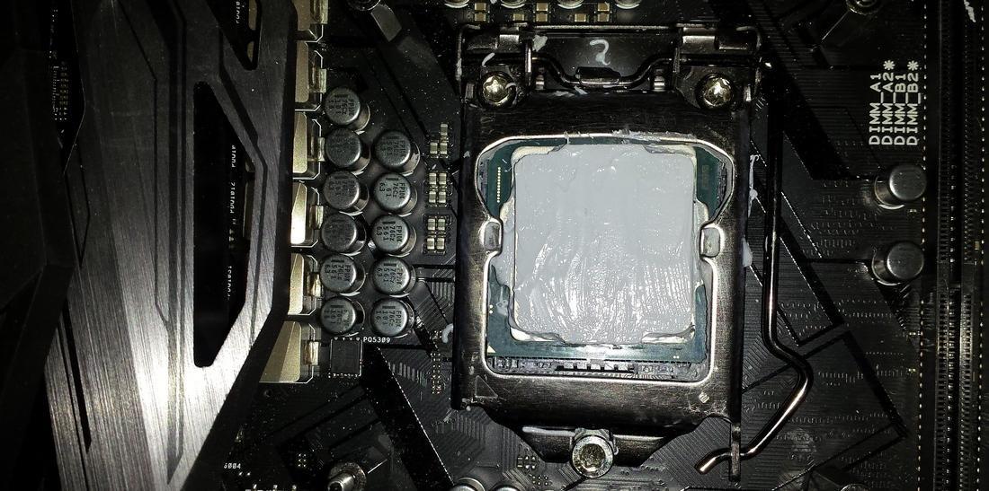 Свежая термопаста, нанесенная на процессор