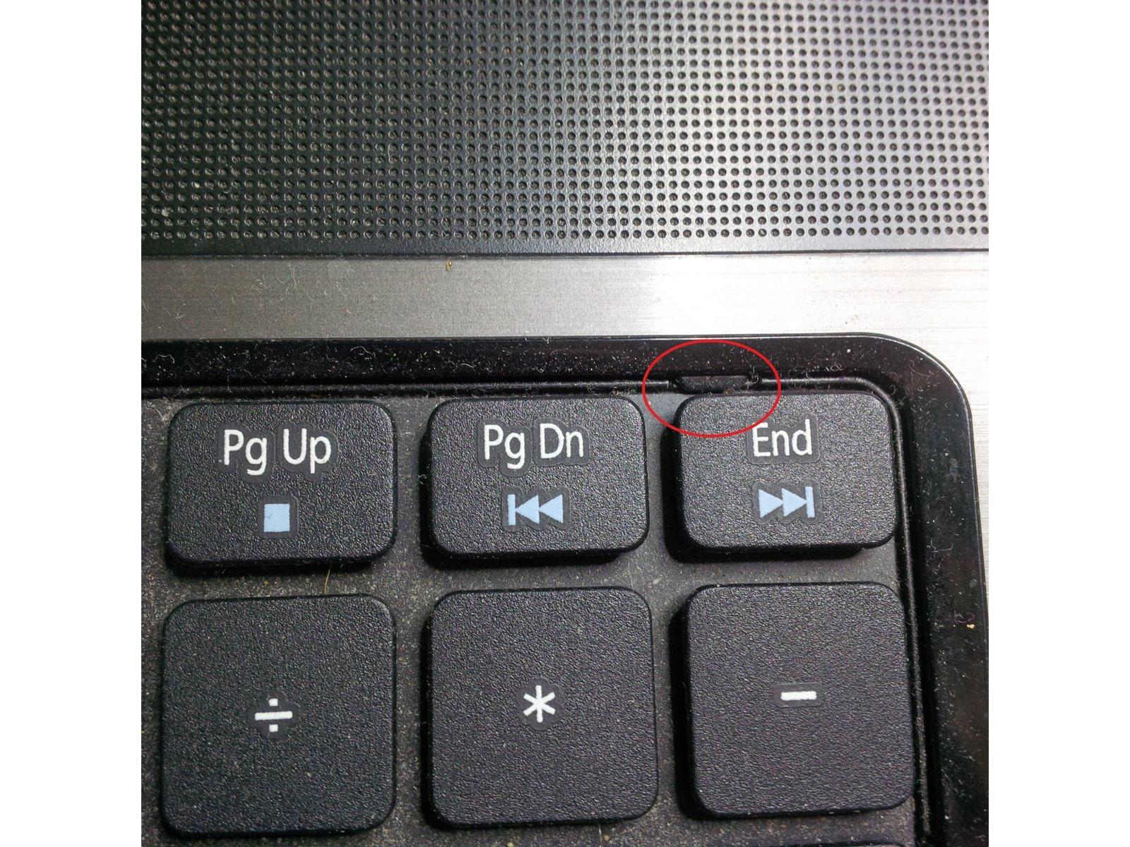Язычок, с помощью которого можно вытянуть клавиатуру из корпуса