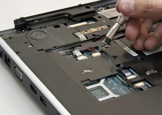 Процесс отсоединения коннектора аккумулятора