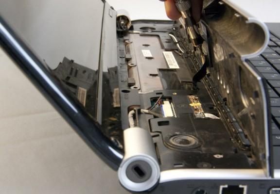 Процесс изъятия пластиковой панели над клавитурой