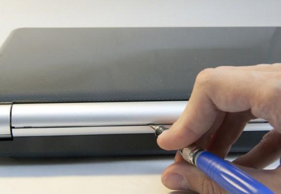 Демонтаж шарнира ноутбука