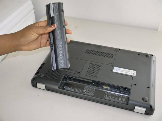 Извлечение батареи из ноутбука