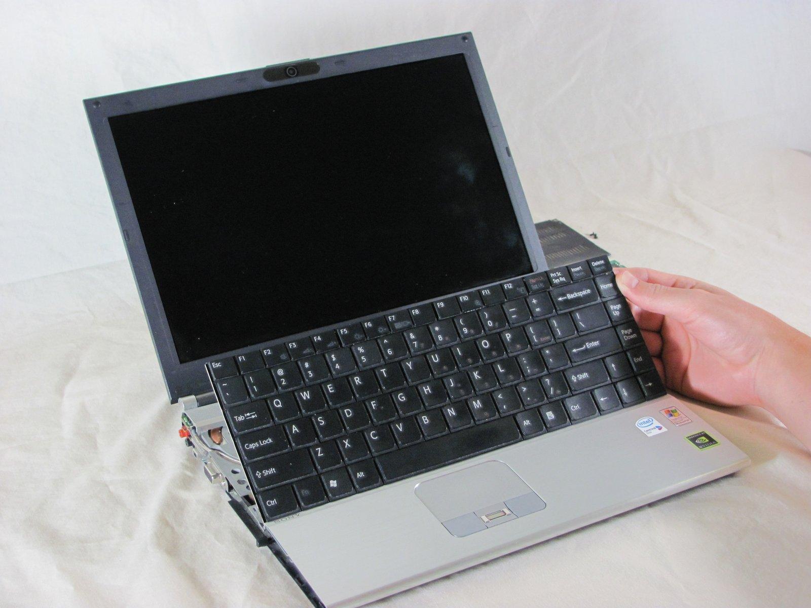 Процесс изъятия клавиатуры