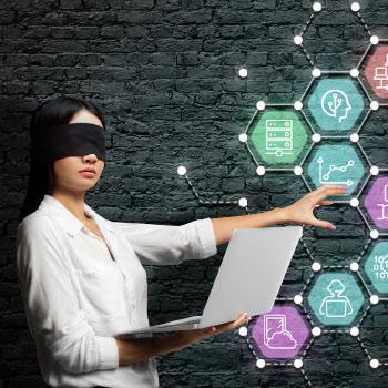 Девушка с ноутбуком и чёрной повязкой на глазах