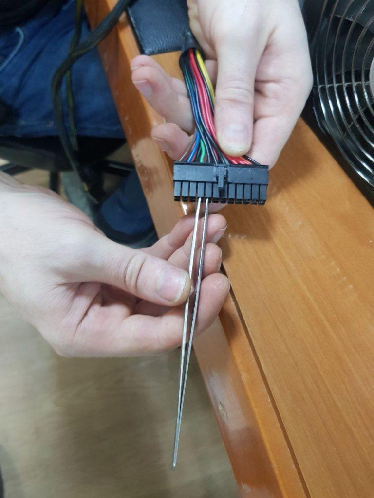 Замыкание контактов в блоке питания компьютера
